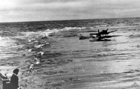 ar-196-admiral-hipper-2.jpg